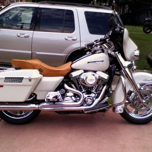 My 2000 Road King Police Bike when it was still Birch White with a D&D 2 into 1 w/ghost pipe!!!